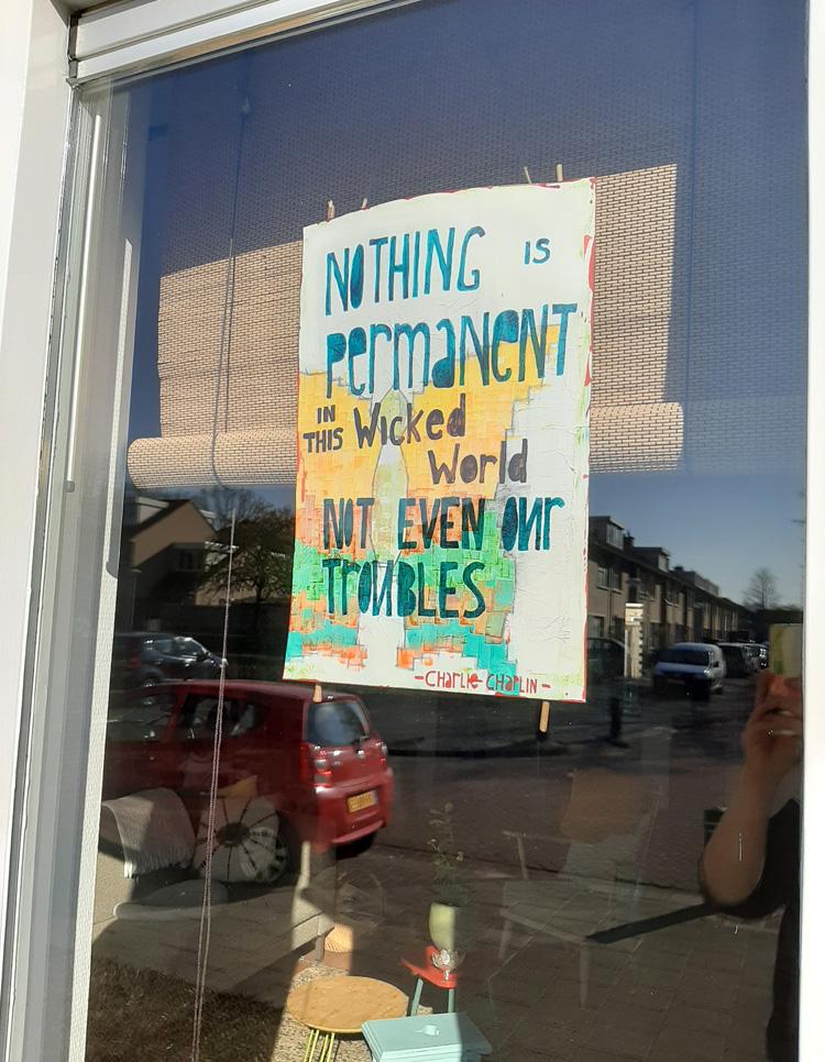 Lies maakte deze poster en hing hem voor haar raam voor iedereen die langsloopt.