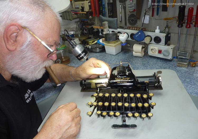 Ryk van Dijk van schrijfmachinemuseum Sjoch!