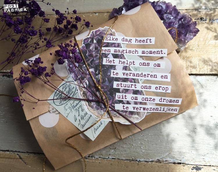 Een papieren boterhamzakje van HEMA als cadeauverpakking. Op deze foto zie je dat ik het zakje heb gecombineerd een plaatje uit Filatelie, een plaatje uit een oud boek over mineralen, een paar zinnen uit Happinez, goudkleurig touw en paars gekleurd gipskruid.
