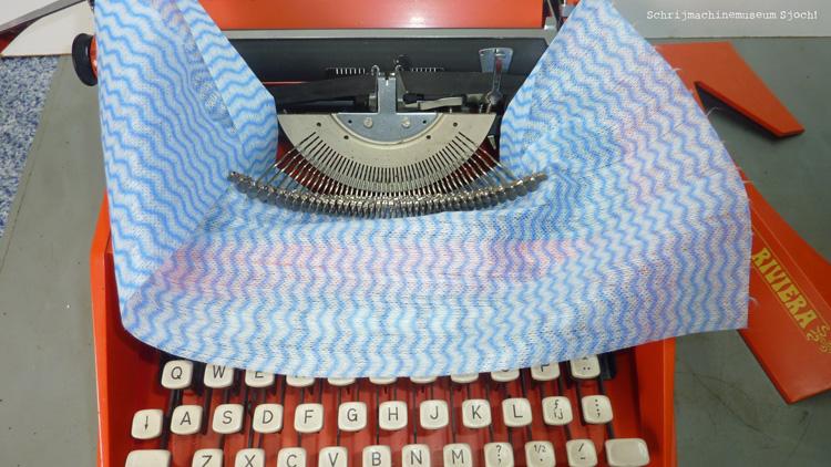 Leg een doekje onder de typearmen voordat je gaat poetsen