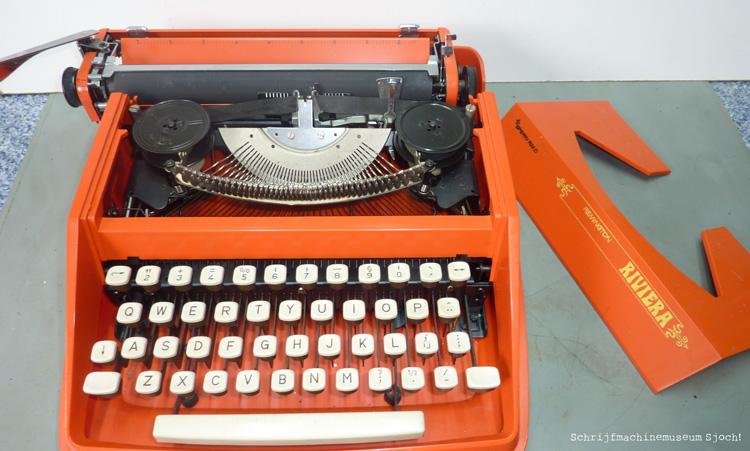 De eerste stap: haal voorzichtig de kap van je schrijfmachine
