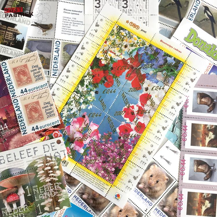 Verschillende postzegels bij elkaar: de oude euro-postzegels en zegels met 1 aanduiding
