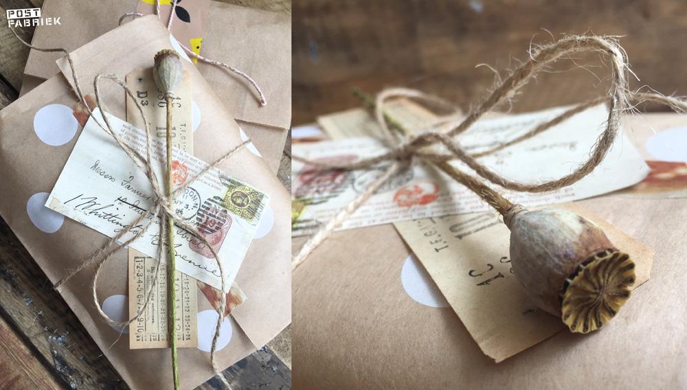 Een papieren boterhamzakje van HEMA als cadeauverpakking. Op deze foto zie je dat ik het zakje heb gecombineerd met MT tape, een ticket, een plaatje uit Filatelie en paktouw.