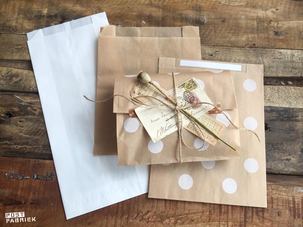 Verschillende papieren boterhamzakjes van verschillende winkels