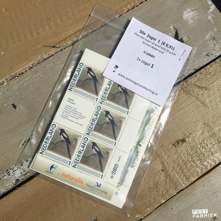 De postzegels die je via postzegelsmetkorting.nl besteld, komen in een zakje met een handig overzichtje.