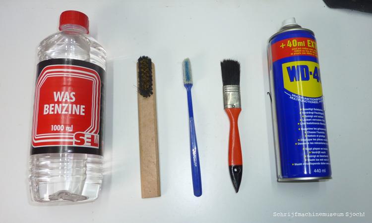 Als je zelf je schrijfmachine wil reinigen, heb je nodig: wasbenzine, een koperborsteltje of oude tandenborstel, een kwast en WD40.
