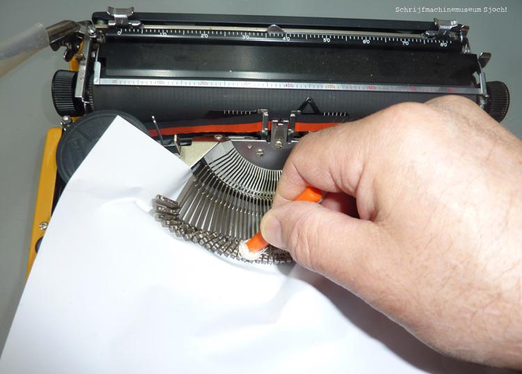 speciale reinigingsbuisjes voor de lettertjes van je schrijfmachine