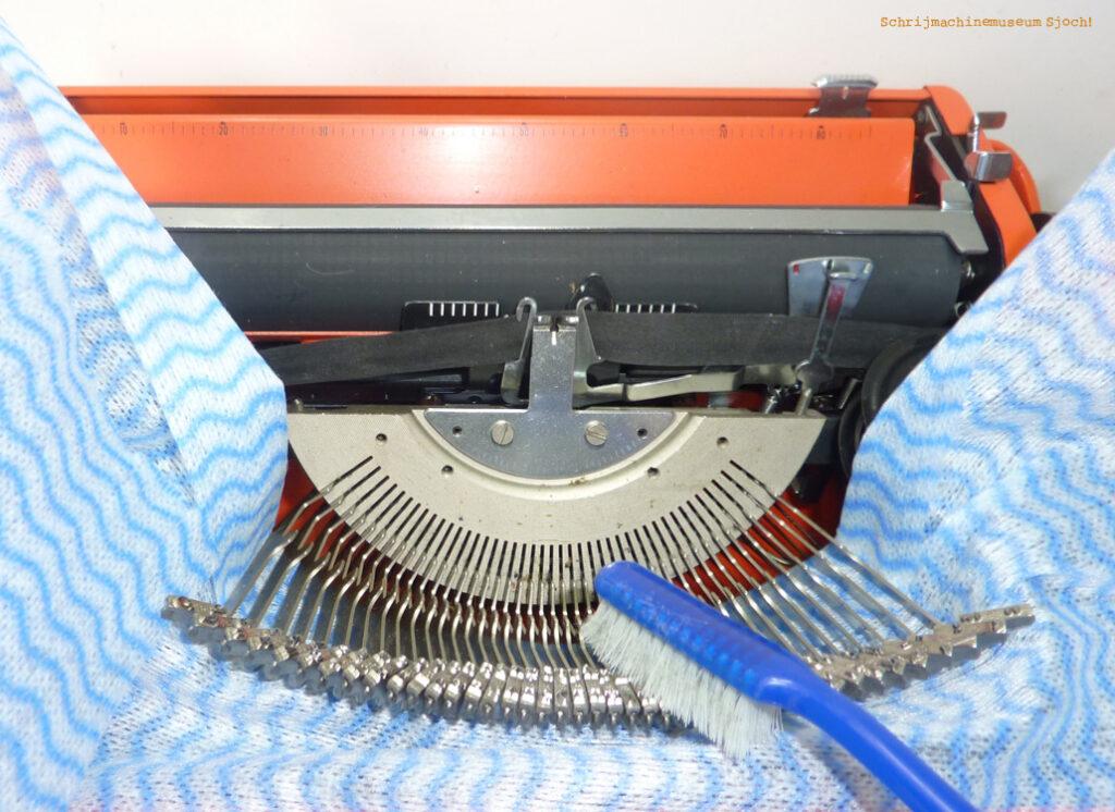 Met een oude tandenborstel maak je de lettertjes van je schrijfmachine goed schoon