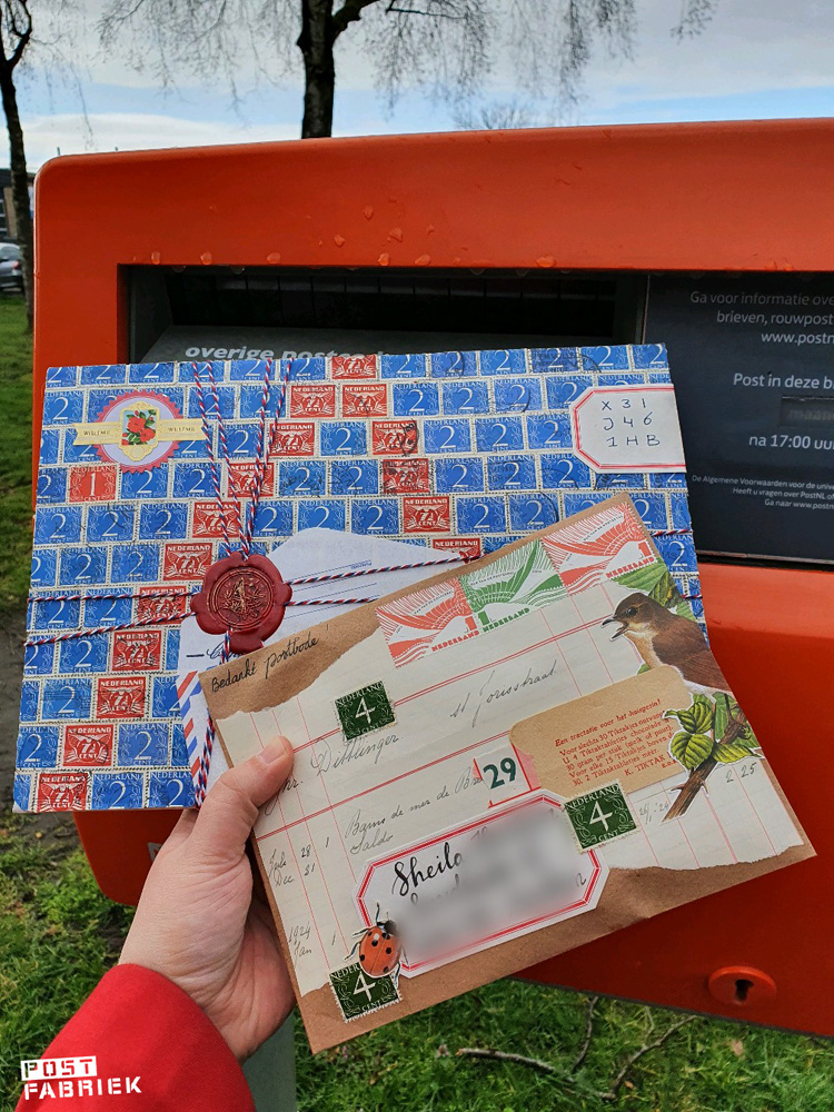 Post van Ruchama met de postzegelcode in sierlijke letters op een vintage gegomd label geschreven