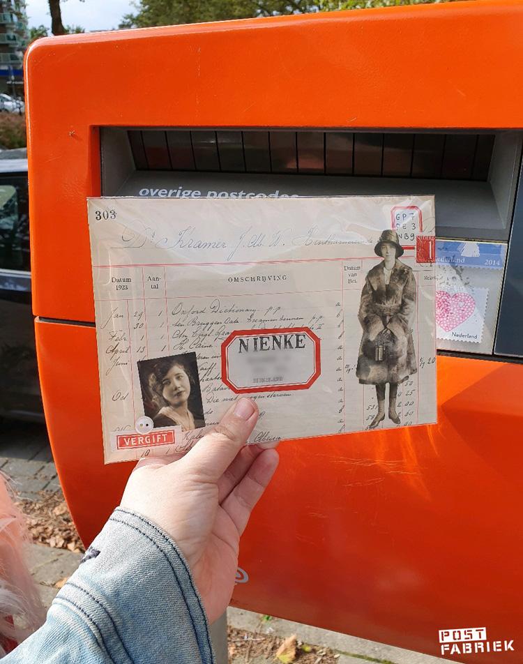 Post van Ruchama met een postzegelcode die ze op een vintage gegomd etiket heeft geschreven