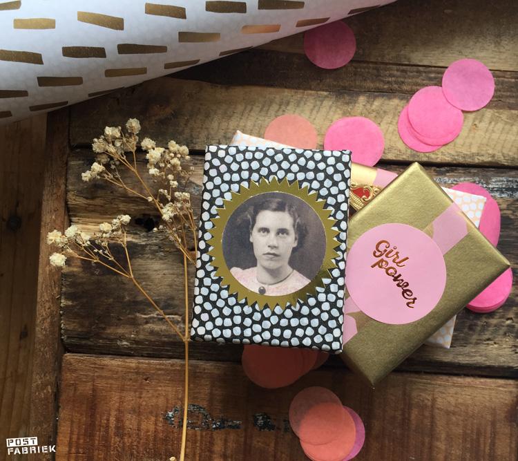 Twee verschillende soorten vloeipapier en roze sticker met de tekst 'girlpower van Vlinders in je buik, gecombineerd met een kopie van een oude familiefoto.
