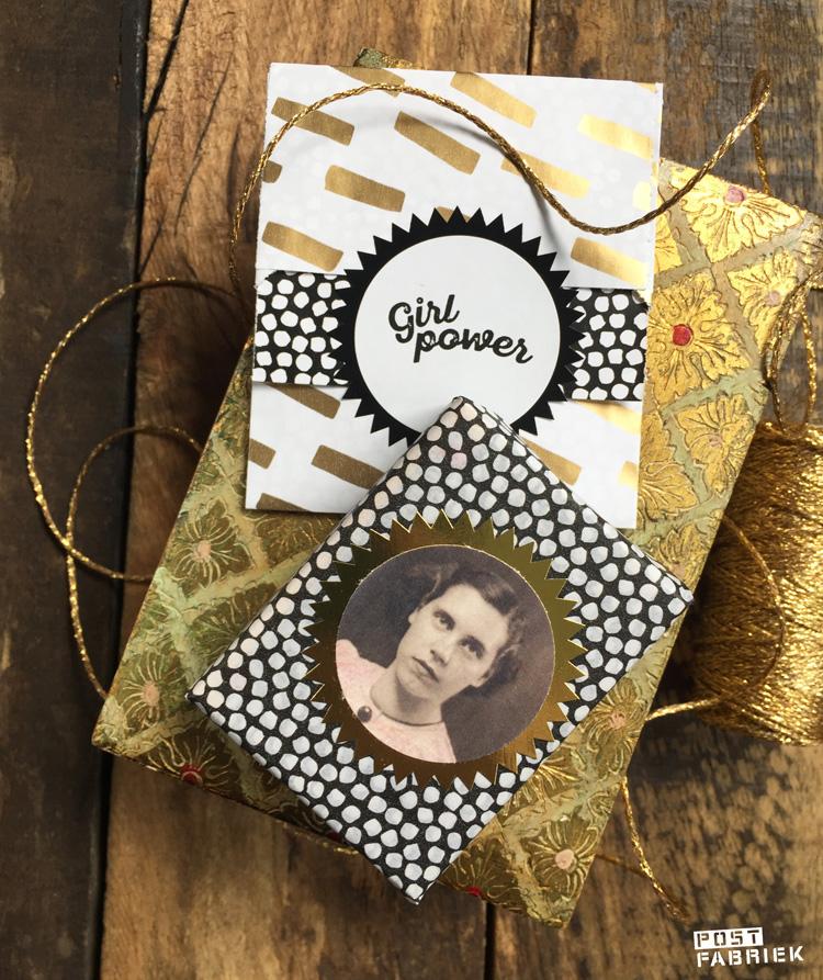 Klein cadeauzakje, vloeipapier en sticker met de tekst 'girlpower' van Vlinders in je buik. Op de foto zie je dat ik een kopie van een oude familiefoto heb gebruikt ter versiering.