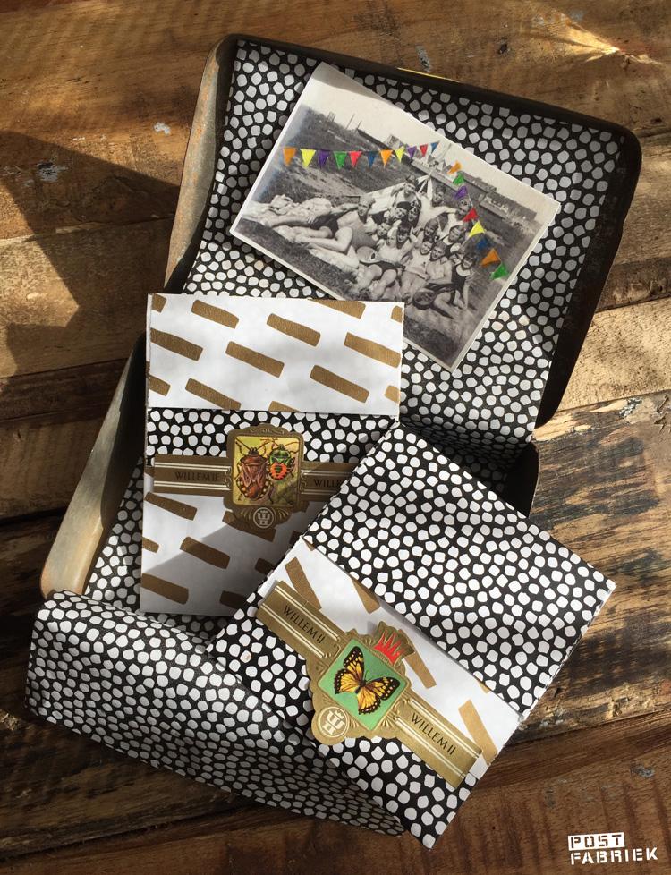 Van het mooie cadeaupapier met de goudkleurige streepjes zijn ook cadeauzakjes. Op deze foto zie je de kleinste zakjes in twee varianten en met een oud sigarenbandje als sluitzegel.