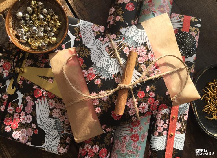 Het prachtige Kimono papier op verschillende manieren toegepast: in combinatie met een letter en een belletje, een boterhammetje en een kaneelstokje en goudkleurige splitpennen.