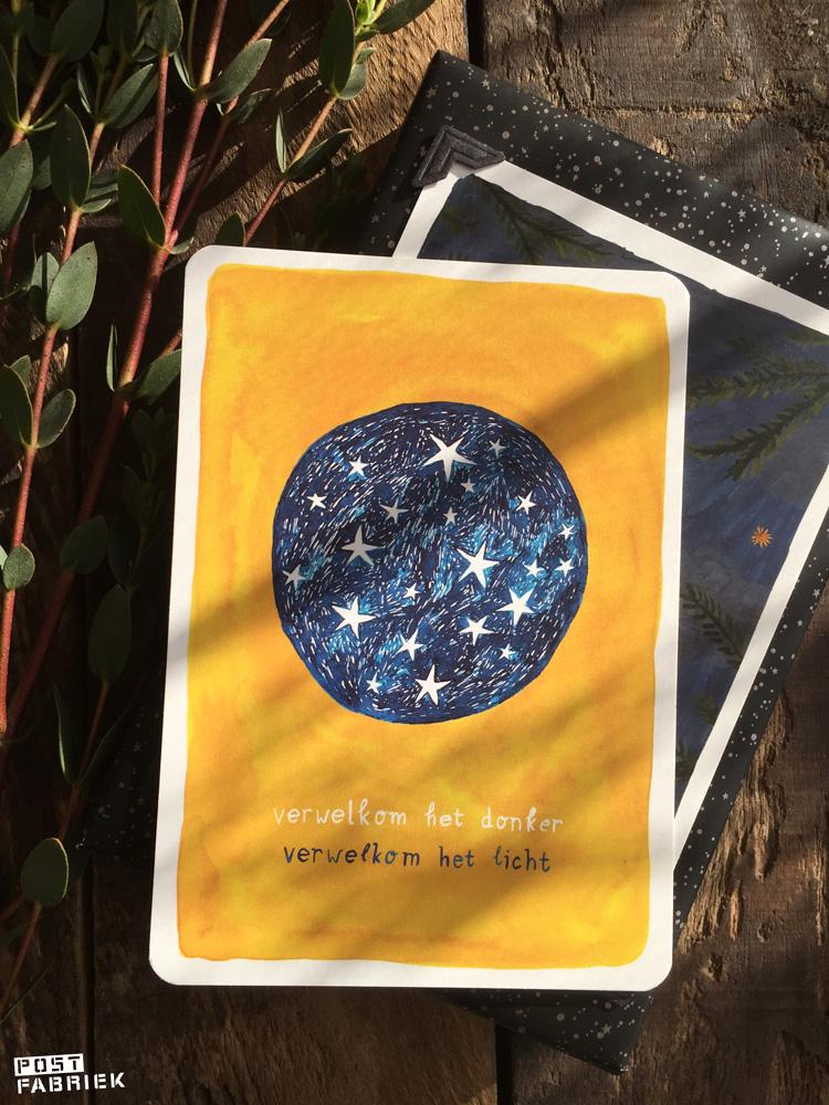 Een kaart van Ninamaakt met de tekst: verwelkom het donker, verwelkom het licht.