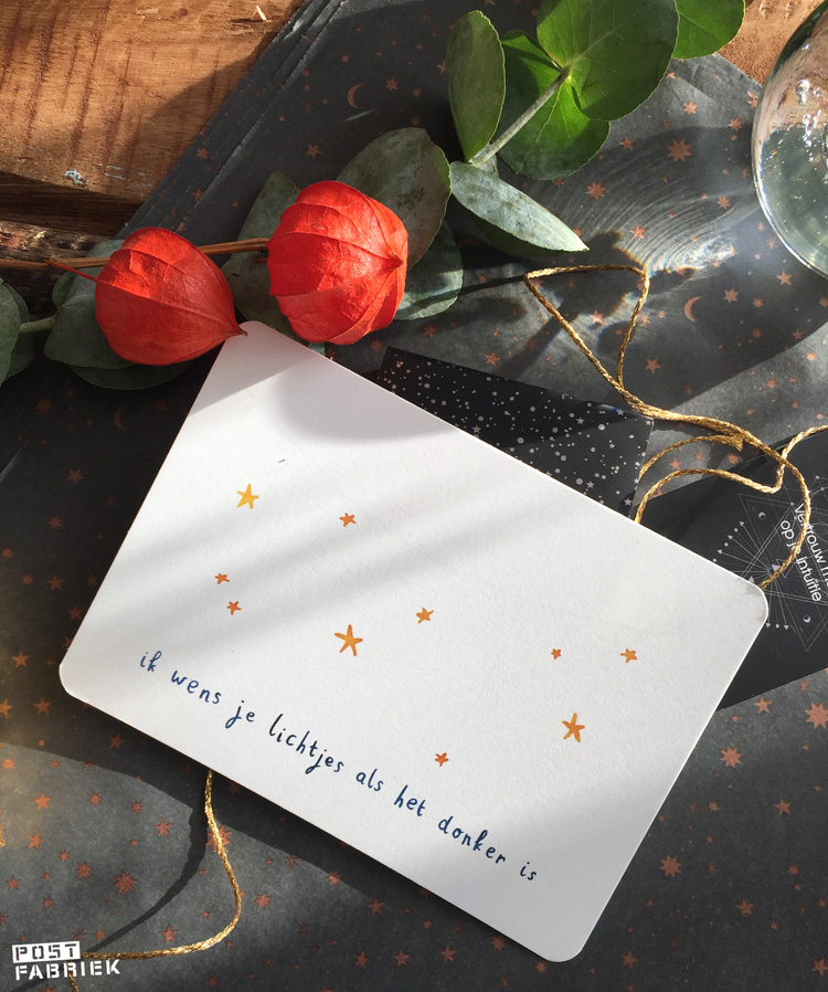 Cadeau- en vloeipapier met sterretjes van 'Vlinders in je buik' met één van de prachtige kaartjes van 'Ninamaakt'.