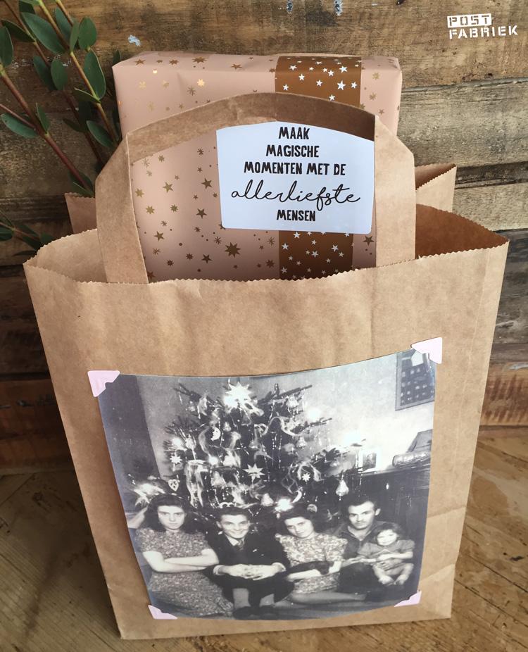 Op deze foto zie je een kopie van een oude familiefoto die ik met roze fotohoekjes op een papieren tas heb gemaakt.