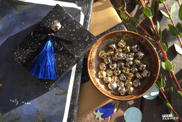 De goud- en zilverkleurige belletjes en kwastjes van HEMA ter versiering van je cadeautjes.