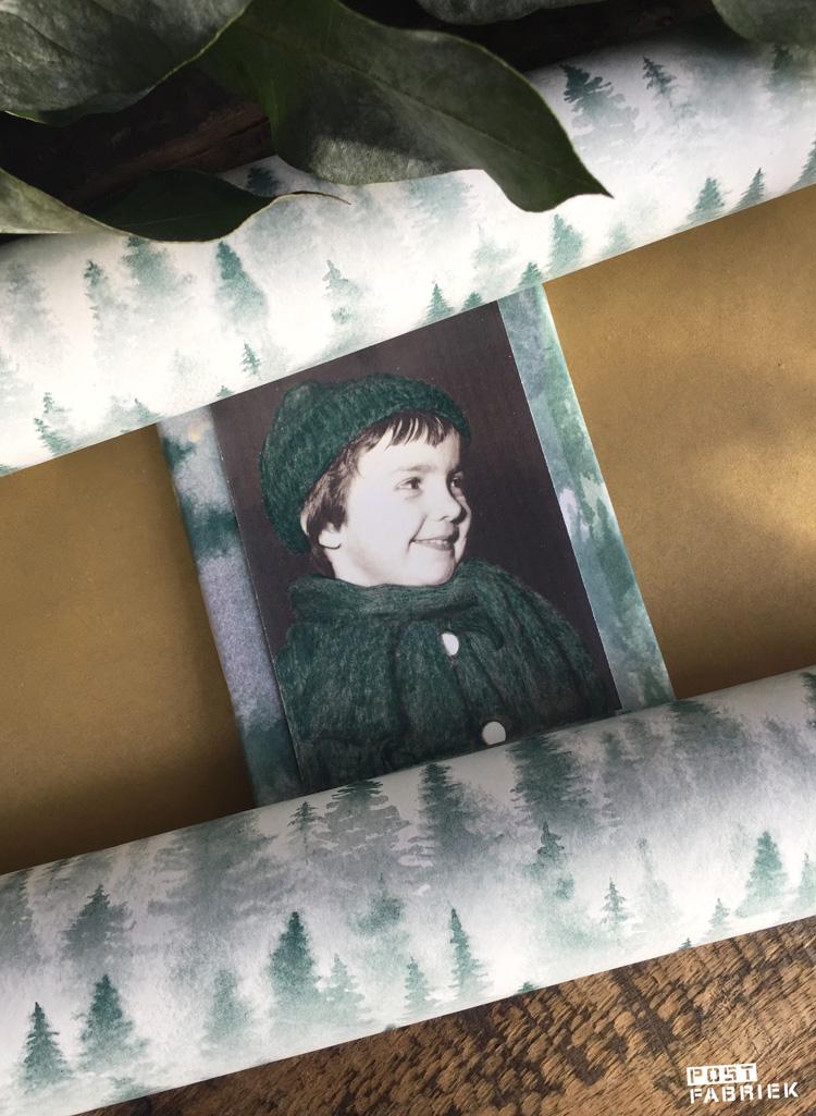 Vloei- en cadeaupapier met 'forest dessin'. Op het pakje heb ik een kopie van een oude zwart-wit foto geplakt.