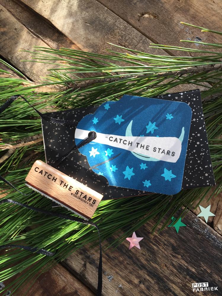 Op deze foto zie je een stempel van het merk 'Perlenfischer' met de tekst 'Catch the stars'. Op het label zie je een afdruk van deze stempel.