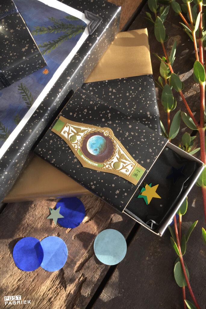 Een luciferdoosje beplakt met het prachtige cadeaupapier met sterretjes van 'Vlinders in je buik'.
