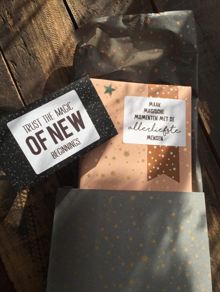 Op deze foto zijn verschillende producten van 'Vlinders in je buik' te zien. En stickers waarmee je je pakjes kunt personaliseren.