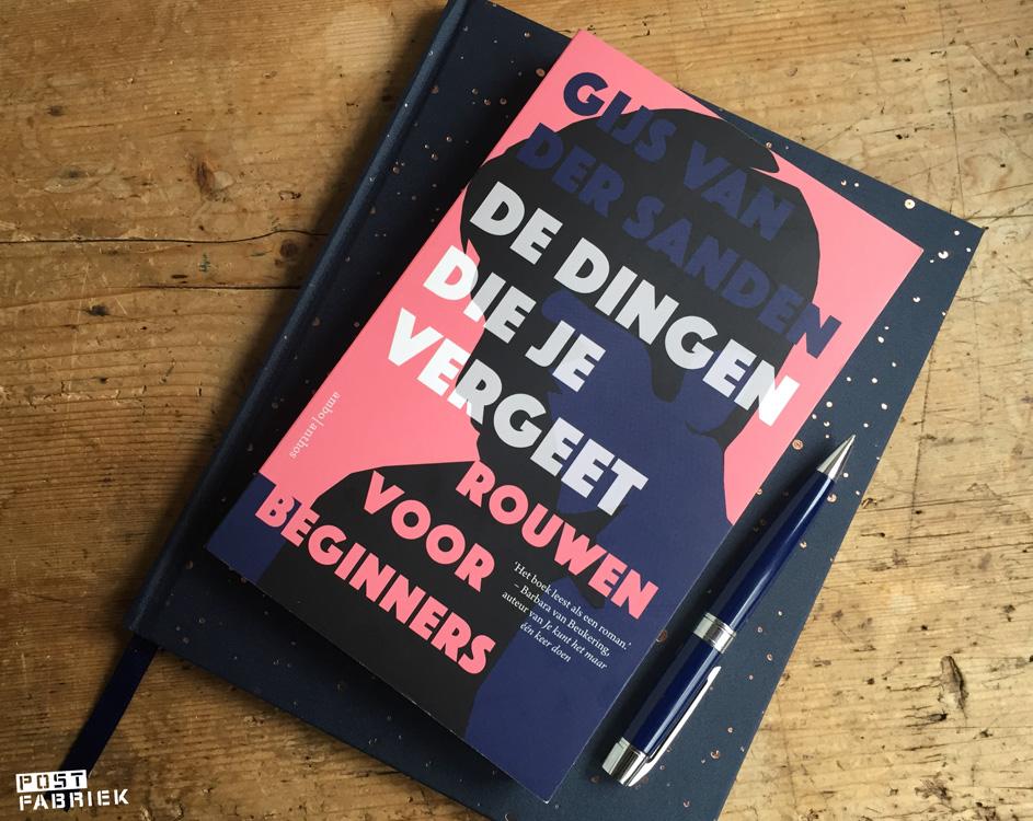 De dingen die je vergeet, een boek van Gijs van der Sanden. ligt bovenop een ander boek op mijn bureau.