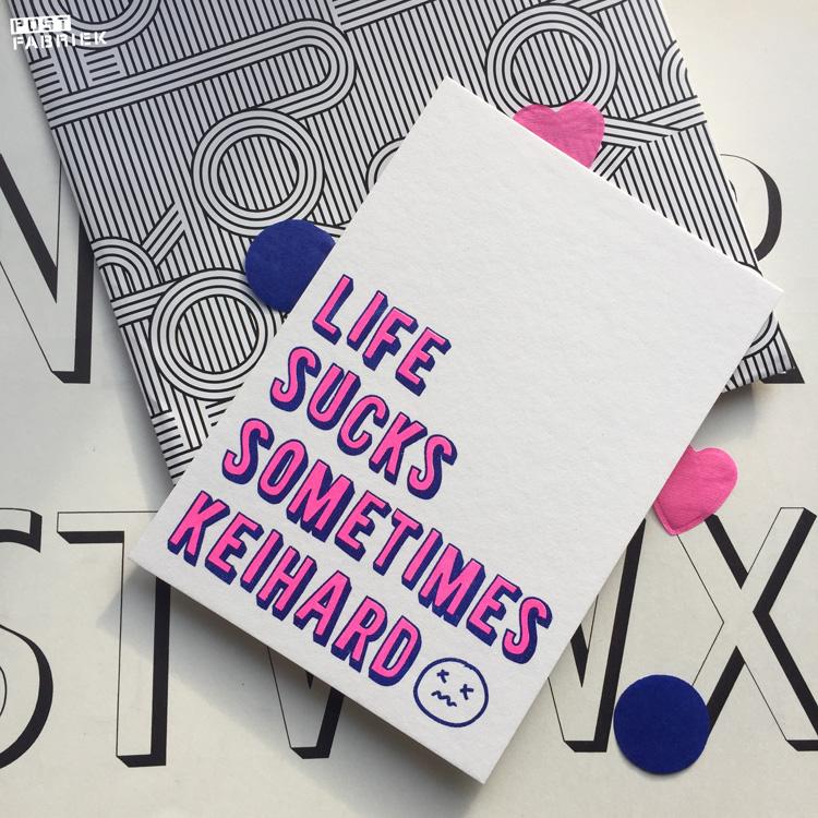 Deze kaart met de tekst 'Life sucks sometimes keihard' is ontworpen door Studio Inktvis en gekocht bij Hartje Mezelf.