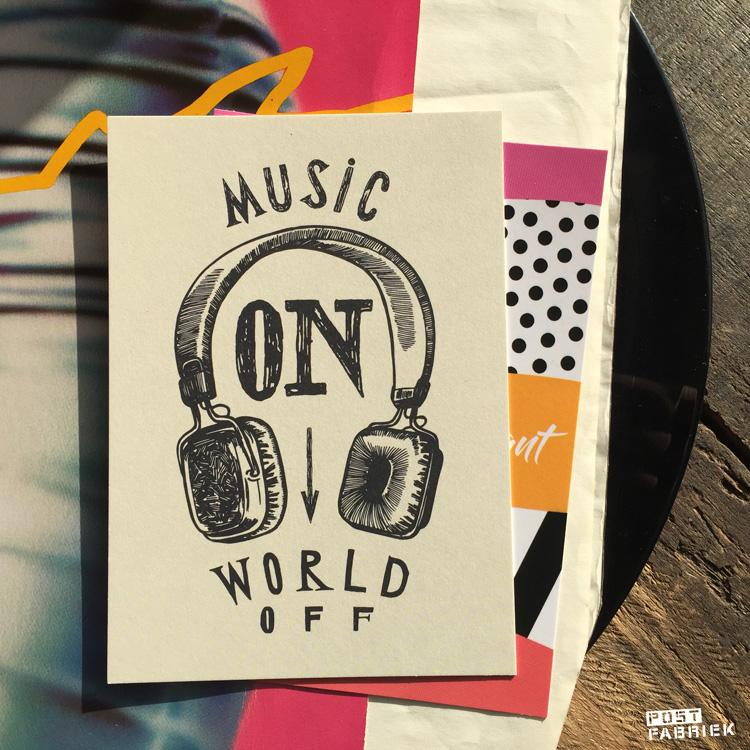 Deze ansichtkaart van Cardweb met koptelefoon en de tekst 'music on, world off' kocht ik bij Hartje Mezelf.