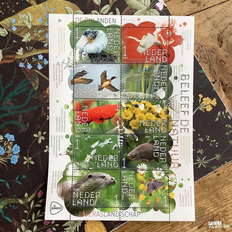 Postzegelvel Beleef de natuur - De Onlanden. Dit postzegelvel maakt deel uit van de meerjarige serie Beleef de natuur 2021-2023. Op de postzegels komen afbeeldingen voor van planten en dieren in bijzondere Nederlandse natuurgebieden. Deze uitgifte besteedt aandacht aan het moeraslandschap De Onlanden bij de stad Groningen. Op de postzegels Beleef de natuur – De Onlanden zijn de volgende bewoners van dit natuurgebied afgebeeld: kemphaan, grote zilverreiger, smient, glazenmaker, gewone klaproos, klein hoefblad, gewone margriet, brasem, otter en bruine vuurvlinder. Het postzegelvel Beleef de natuur – De Onlanden is een ontwerp van grafisch ontwerper Frank Janse uit Gouda.