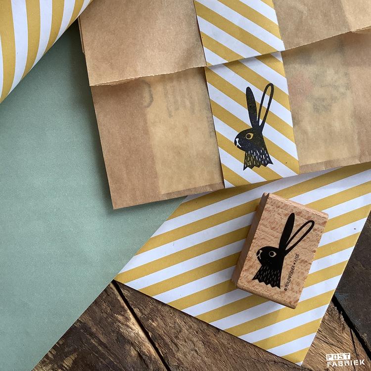 Het geel/wit gestreepte papier is van House of Products en bestelde ik bij Inpakliefde. Het bruine zakje is een papieren boterham zakje van Ekoplaza en de stempel is van Perlenfischer.