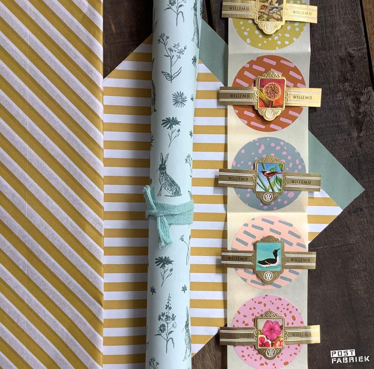 Van het geel/wit gestreepte papier van House of Products zijn ook cadeauzakjes en vloeipapier verkrijgbaar. De ronde stickers combineer ik graag met oude papierwaren, zoals de sigarenbandjes die je op de foto ziet.