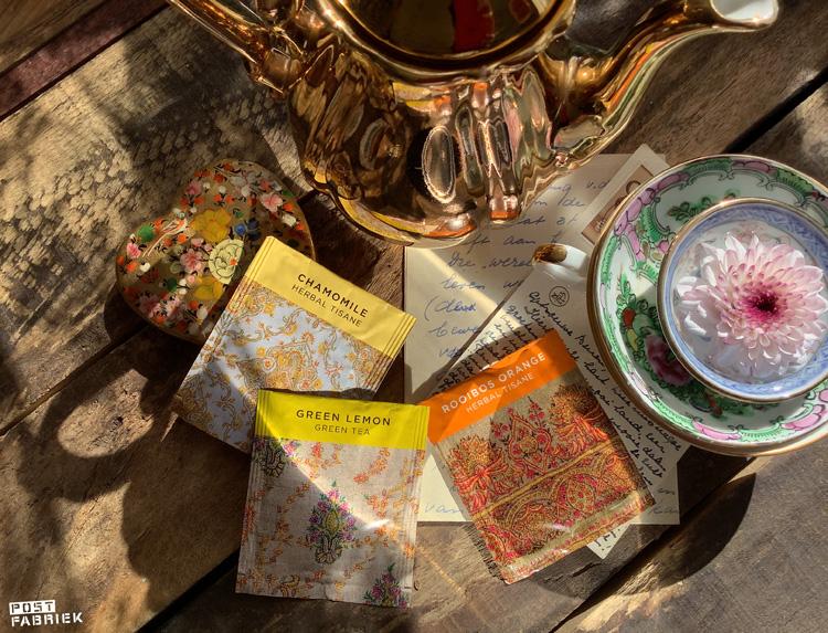 Op deze foto zijn verschillende theesmaken van het merk Newby te zien: Chamile, Green Lemon en Rooibos Orange. Ik bestelde de zakjes bij Your Daily Tea Cup.