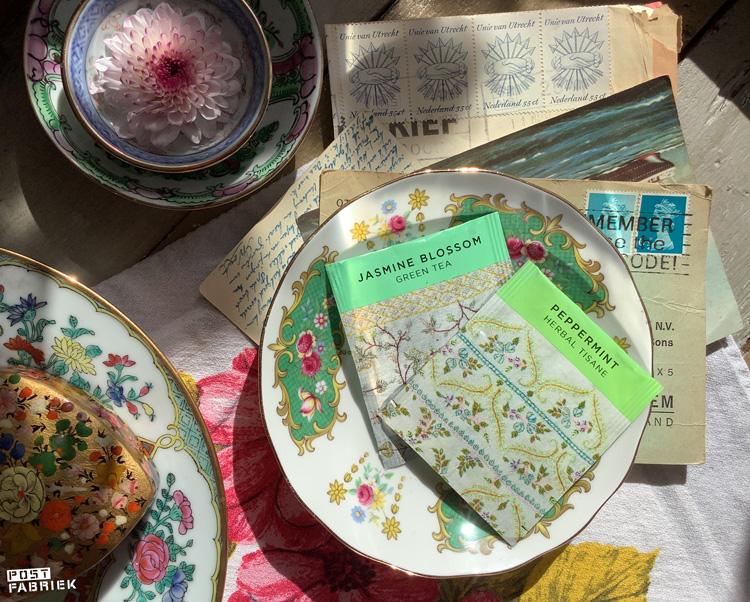 In deze prachtig verpakt Newby  theezakjes zit Jasmijn en Pepermunt thee. Your Daily Tea Cup verkoopt deze theezakjes per stuk. Ik stuur dit soort bijzondere theetjes graag mee met een kaartje.