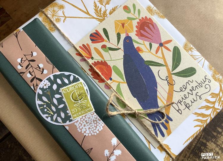 Verschillende cadeautjes ingepakt met papieren moois van Vlinders in je buik en een kaartje van Zintenz met de tekst 'een brievenbuskus'.
