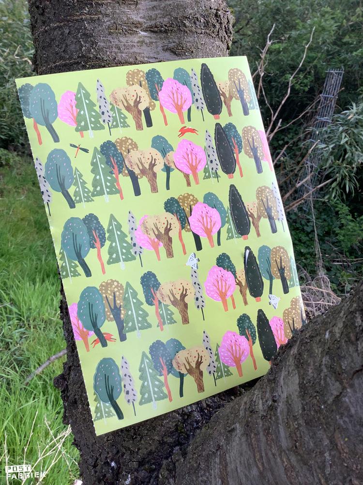Een pagina vol kleine stickers in de vorm van een boom. Als je goed kijkt, zie je dat ik de bovenkant van één van de stickers los heb gehaald.