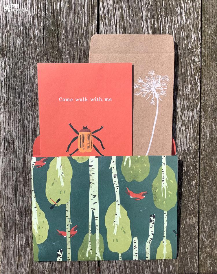 Een vouwenvelop, uitnodiging en zakje uit het Flow Book for Nature Lovers.