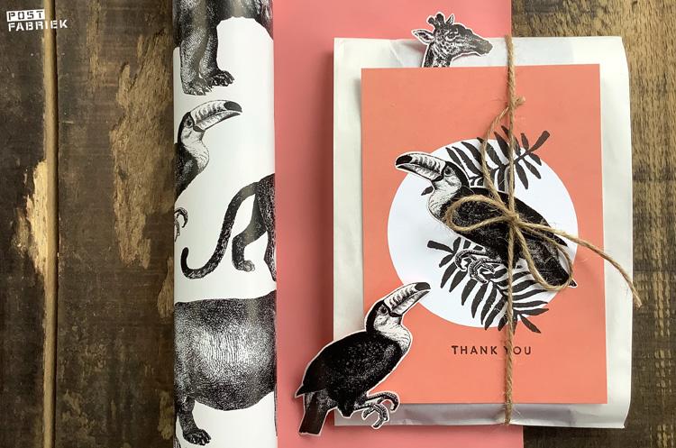 Cadeaupapier met de naam 'Let's go to the Zoo' van Vlinders in je buik. Mooi stevig cadeaupapier met aan de ene kant met zwart getekende dieren en een effen roze achterzijde. Op deze foto zie je dat ik de dieren heb uitgeknipt en ter versiering van andere papiertjes heb gebruikt.
