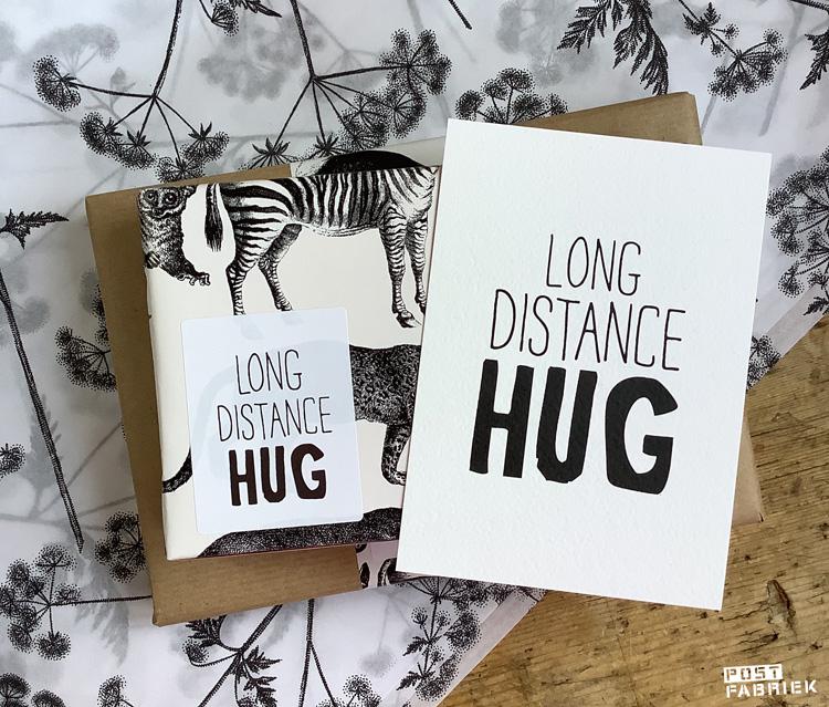 Kaart en sticker met de tekst 'long distance hug' van LotsofLo, via Vlinders in je buik.