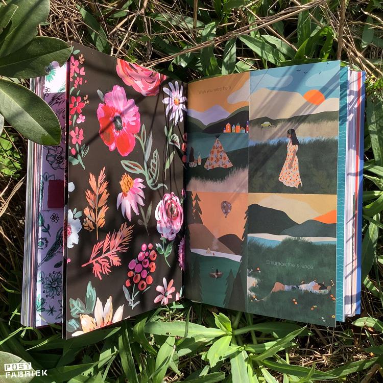 Het Flow Paper Book for Nature Lovers opengeslagen. Op de linker pagina zie je een bloemenpatroon dat door Jennifer Orkin Lewis geschilderd is. Aan de rechterkant zie je kaartjes met illustraties van Yanni Putrii.