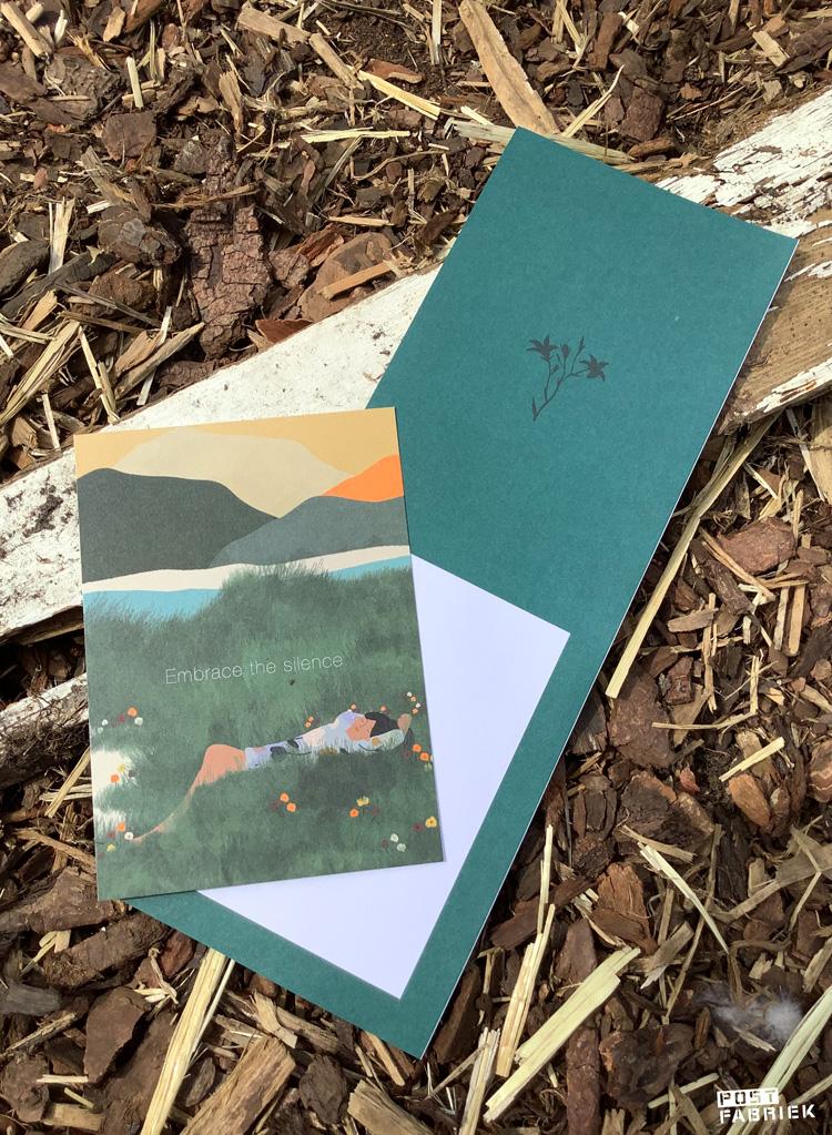 In het Flow Paper Book for Nature Lovers zitten verschillende kaartjes. Op deze foto zie je een kaartje en een uitnodiging.