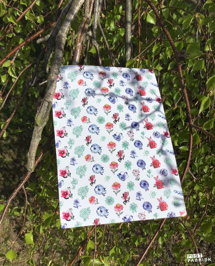 Een vol vol kleine stickertjes in de vorm van een bloemetje. De bloemetjes zijn gemaakt door Jennifer Orkin Lewis.