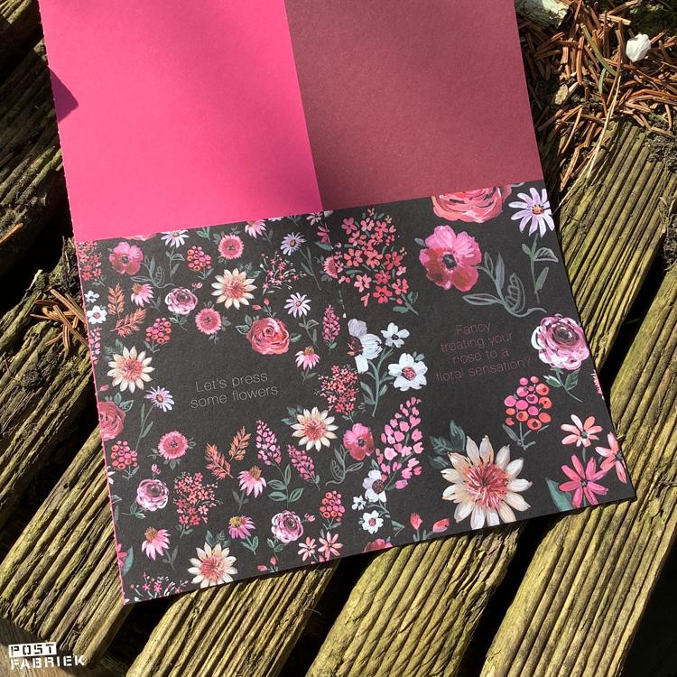 Uitnodigingen met bloemen die door Jennifer Orkin Lewis zijn geschilderd.