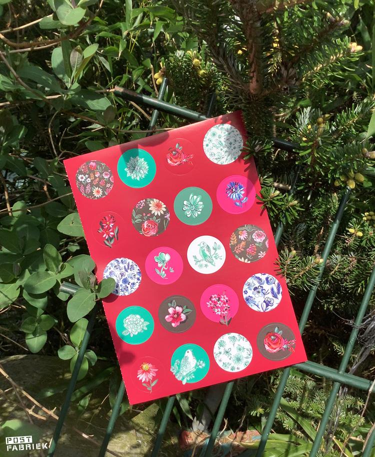 Ronde stickers uit het Flow Book for Nature Lovers met illustraties van Jennifer Orkin Lewis.