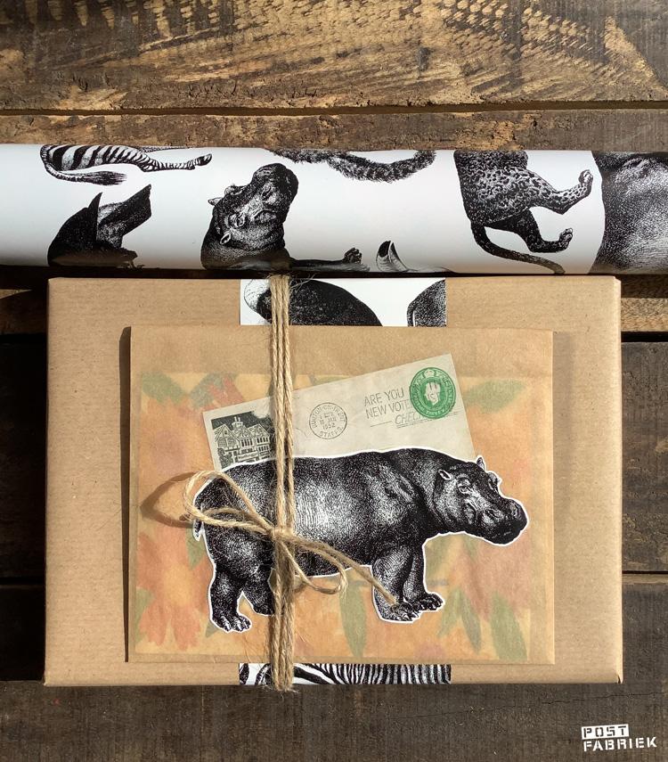 Cadeaupapier met de naam 'Let's go to the Zoo' van Vlinders in je buik. Op deze foto zie je dat ik een van de afbeeldingen heb uitgeknipt en ter versiering van een papieren boterhamzakje heb gebruikt. Het plaatje van een oude envelop knipte ik uit het blad 'Filatelie'.