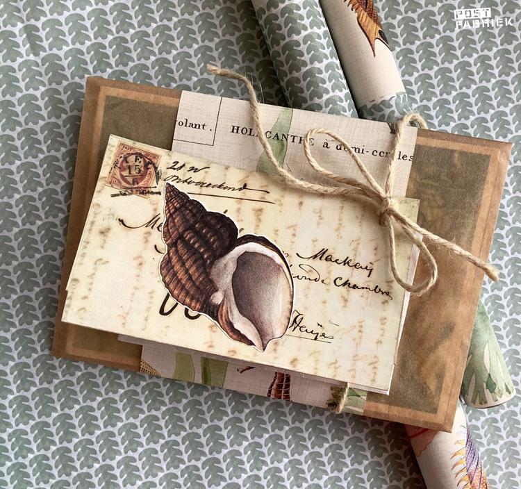 Aan het papieren boterhamzakje met een band van cadeaupapier zit een klein kaartje aan een stuk jute touw bevestigd. Het kaartje maakte ik zelf van een afbeelding uit Filatelie en een plaatje uit een oud natuurboek.