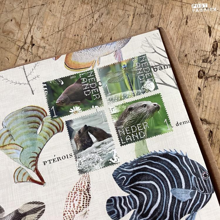 Op het pakketje plakte ik de meest bijpassende postzegels die ik kon vinden. Deze zegels bestelde ik in de webshop van PostNL. Ze komen van twee verschillende 'Beleef de natuur' postzegelvellen.