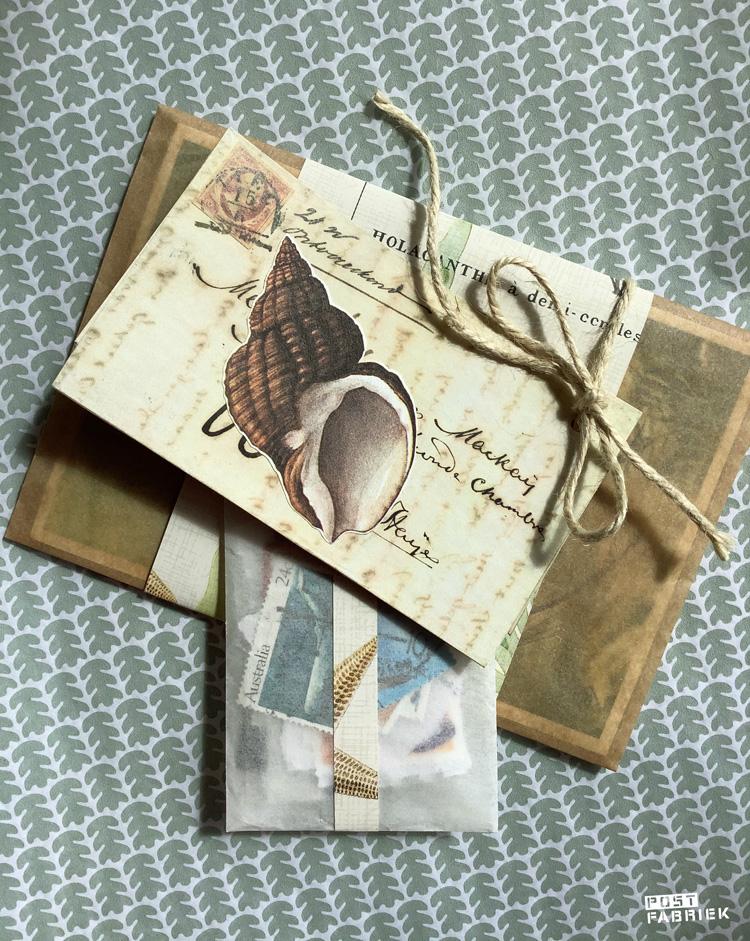 Onder het touwtje aan het kaartje heb ik een klein zakje met postzegels geschoven. Om het zakje zit een heel smal strookje van het mooie onderwaterwereld papiertje.