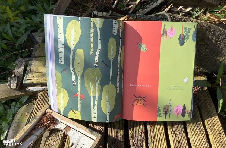 Het Flow Paper Book for Nature Lovers ligt open en je ziet twee pagina's met patronen en illustraties van Lotte Dirks.