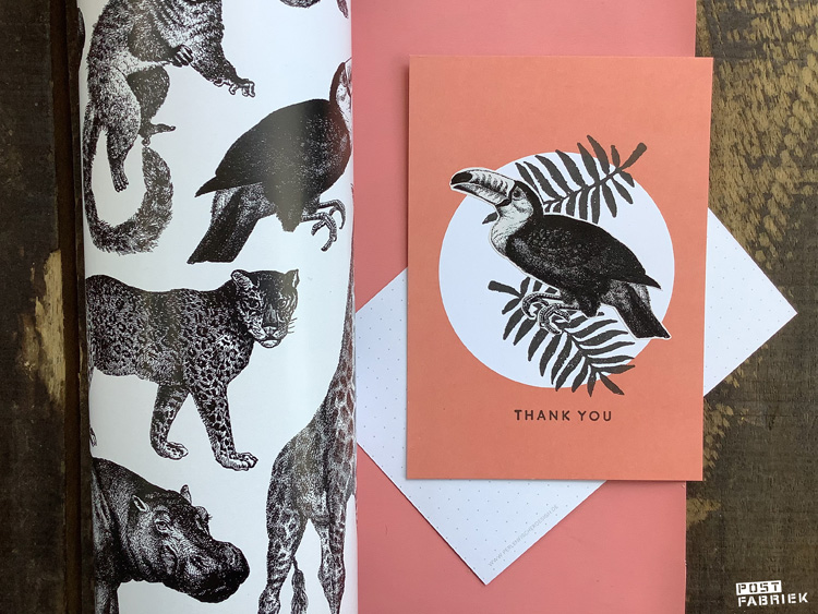 Op deze foto zie je dat ik een Toekan heb uitgeknipt en op een kaartje van Perlenfischer heb geplakt. De stempel van het blad kocht ik een tijd geleden bij Dille & Kamille, de tekststempel is van het merk Perlenfischer.